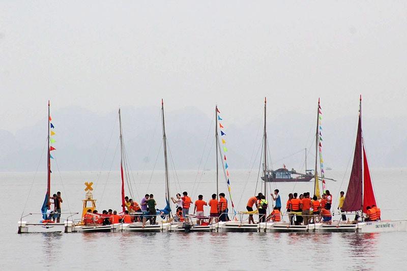 lái thuyền buồm vịnh hạ long
